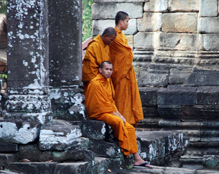 1DSC_-(516)-angkor-wat-monks-810300
